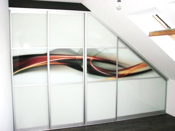 Szklana szafa zabudowana z nadrukiem