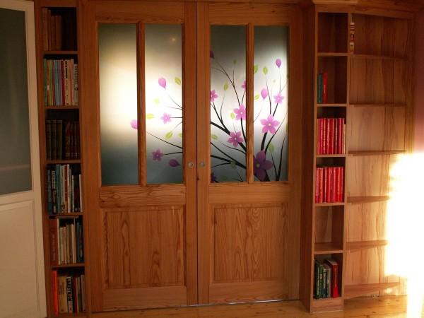 Kwiecisty zadruk w szklanych drzwiach