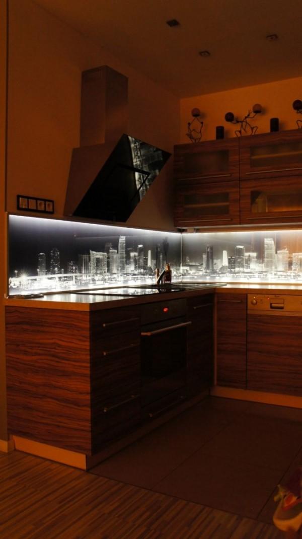 Ekran kuchenny z oświetleniem LED – miasto nocą 1