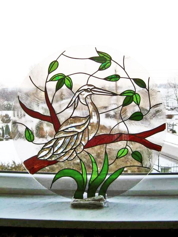 Okrągły witraż z ptasim motywem